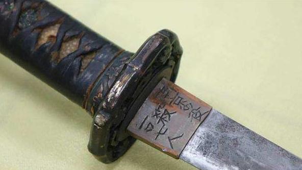 抗日老兵从死人堆里刨出一把武士刀,上面的九个字记录了日本人否认的历史