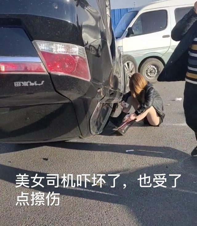 sony psp_沈阳:本田撞上小货车,车子四脚朝天,女司机默默坐在地上落泪