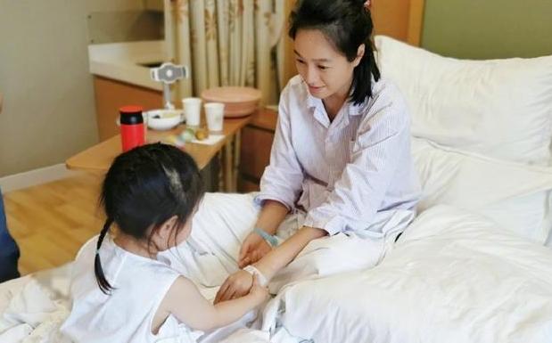 39歲朱丹在醫院待產,病房簡樸卻溫馨,朱丹素顏出鏡依舊清秀可人-圖6
