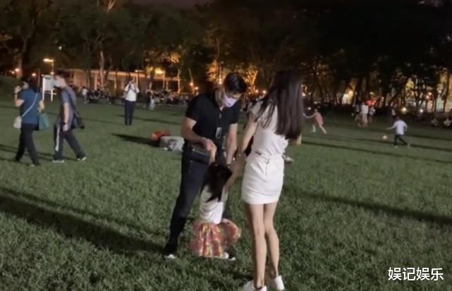 郭富城方媛草坪上撒糖,兩人拉著女兒轉圈圈,一傢人超幸福-圖5