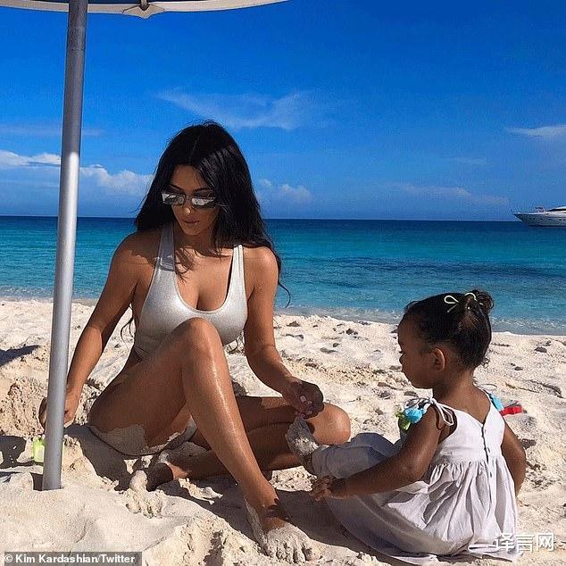金·卡戴珊為3歲芝加哥慶生,跪坐沙灘舉高高,和小富婆斯托米比太平凡-圖3