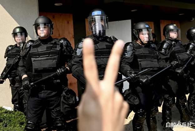 美國要徹底亂瞭!白人警察殺黑人後,黑人開始動手殺白人平民-圖5