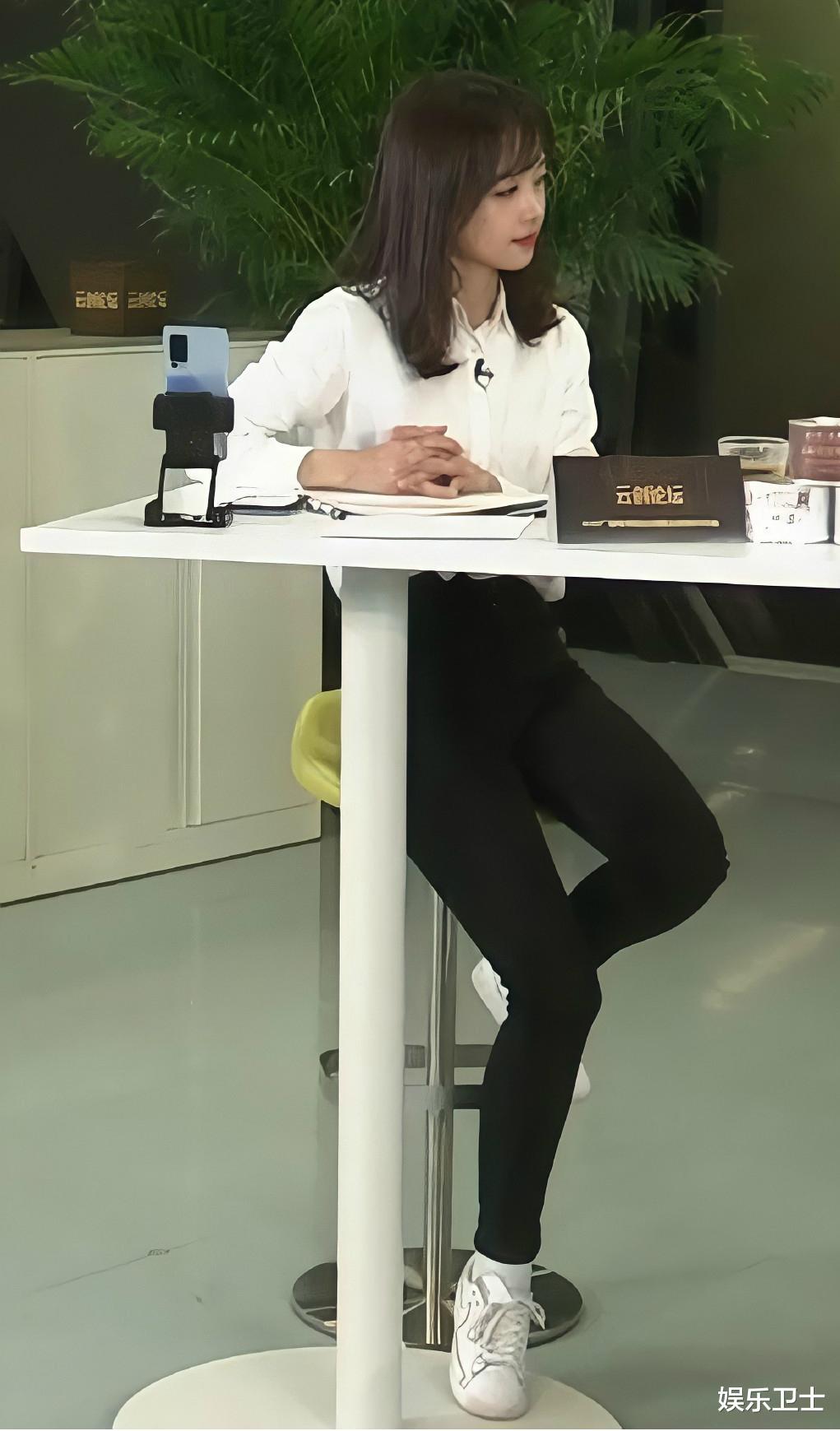 央視記者王冰冰直播造型甜爆,坐姿顯露超A身材,抽獎後網友網名令她大笑-圖6