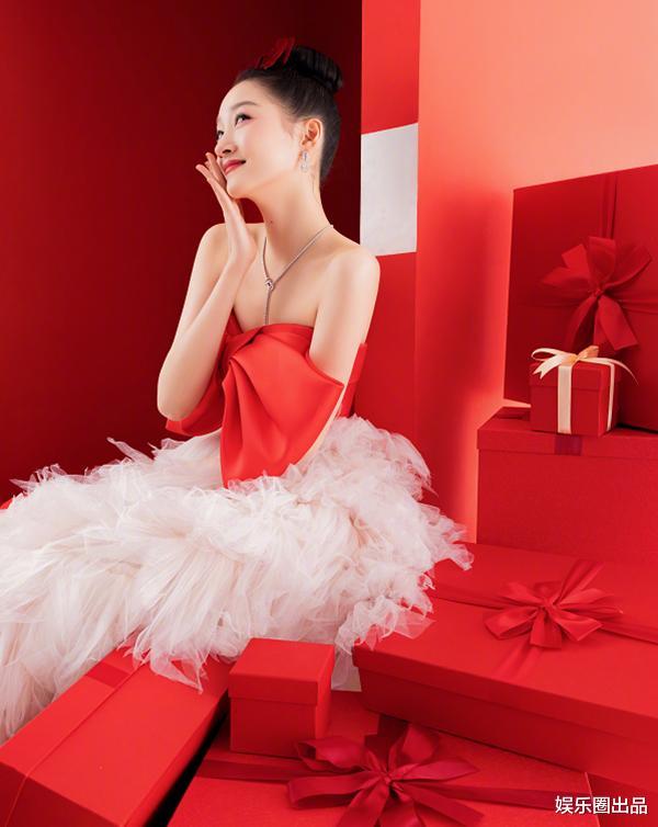 關曉彤2021年第一趴,穿公主裙不懼顯身材,被贊像芭比娃娃-圖4