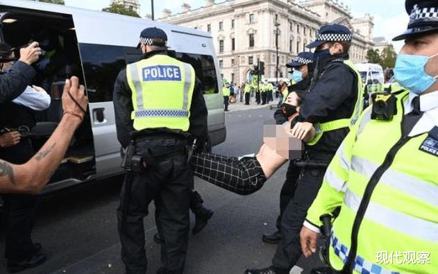 英國30多名女性赤裸走上城市街頭,呼籲人們關註氣候變暖卻被警察抬走!-圖4