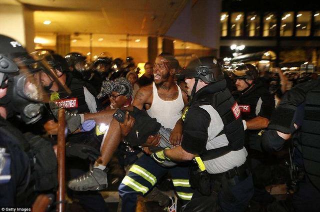 美國警察再次射殺黑人,芝加哥黑幫揭竿而起,持槍高呼:推翻白宮-圖2