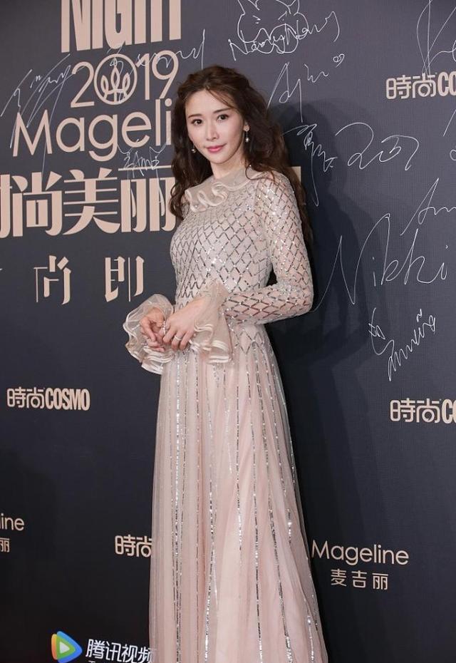 林志玲的裸色裙裝太吸睛,網狀印花很時尚,顯得身材更高級-圖2