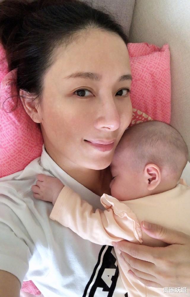 楊怡陪女兒睡覺,產後素顏超耐打,小珍珠剃成光頭趴媽媽懷裡好乖-圖4
