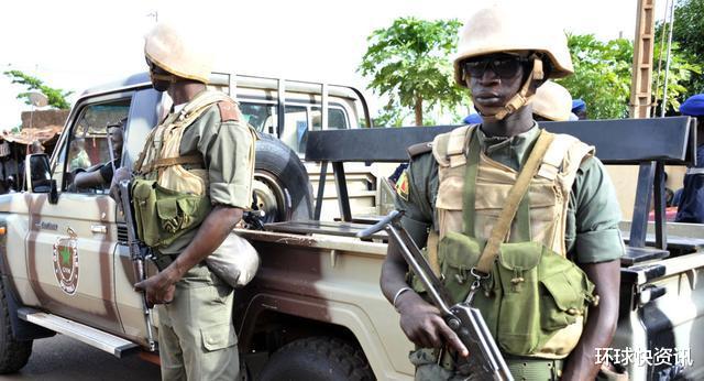 槍聲大作!又一國突然爆發政變,大批軍人攻入首都抓走總統-圖2