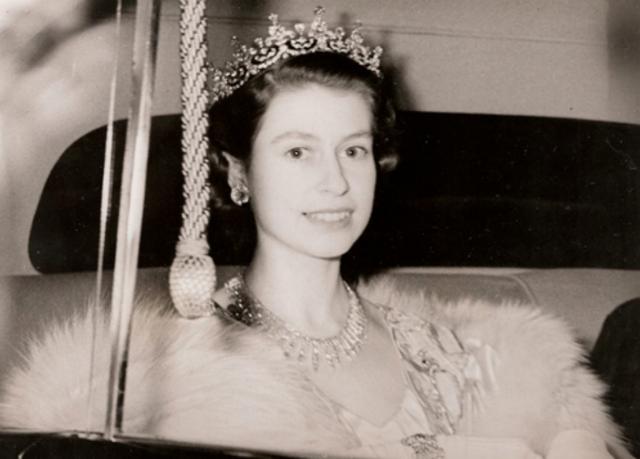 英國女王年輕時有多迷人?丈夫不準她獨自出門,放棄王位伴她左右-圖2