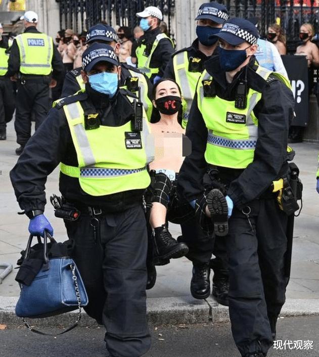 英國30多名女性赤裸走上城市街頭,呼籲人們關註氣候變暖卻被警察抬走!-圖3