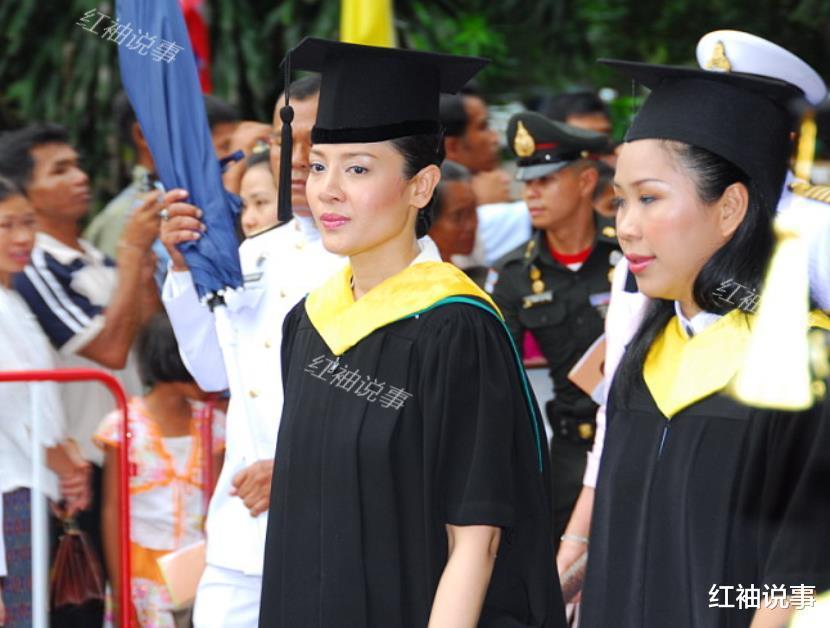 西拉米軍裝照美翻瞭,一顰一笑驚艷時光,不愧是泰國最美王妃-圖5