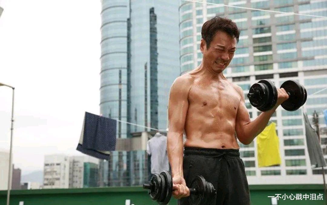 為拍《殺手》練出6塊腹肌?難怪56歲的他能斬獲三屆TVB視帝-圖3