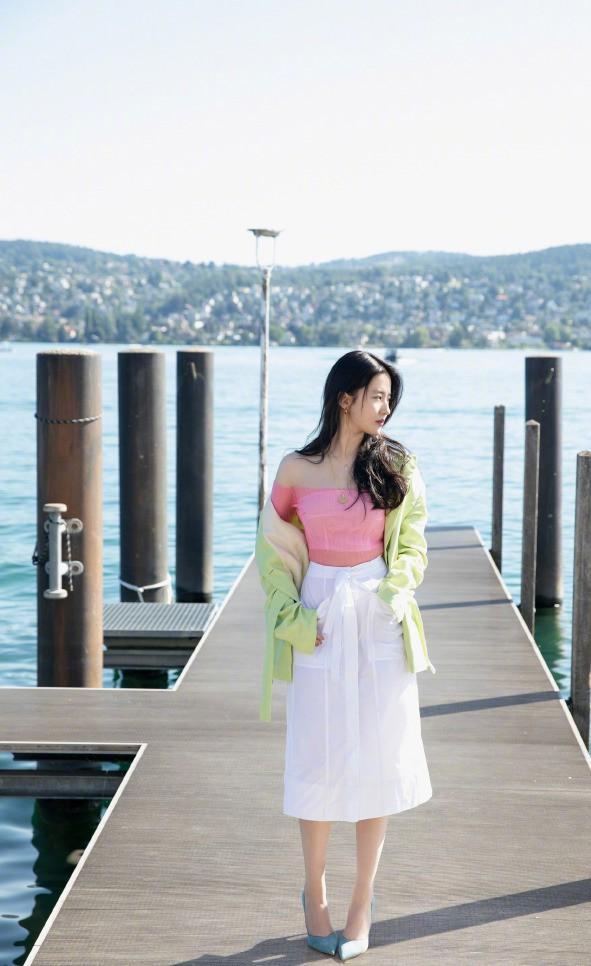 32歲劉亦菲終於曬美照,粉T半裙大秀螞蟻腰,氣質清新美若人間仙-圖2