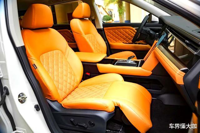 頂配也才14.96萬!菱形真皮打孔座椅配加熱、按摩和腿托,車內配有四塊屏-圖4