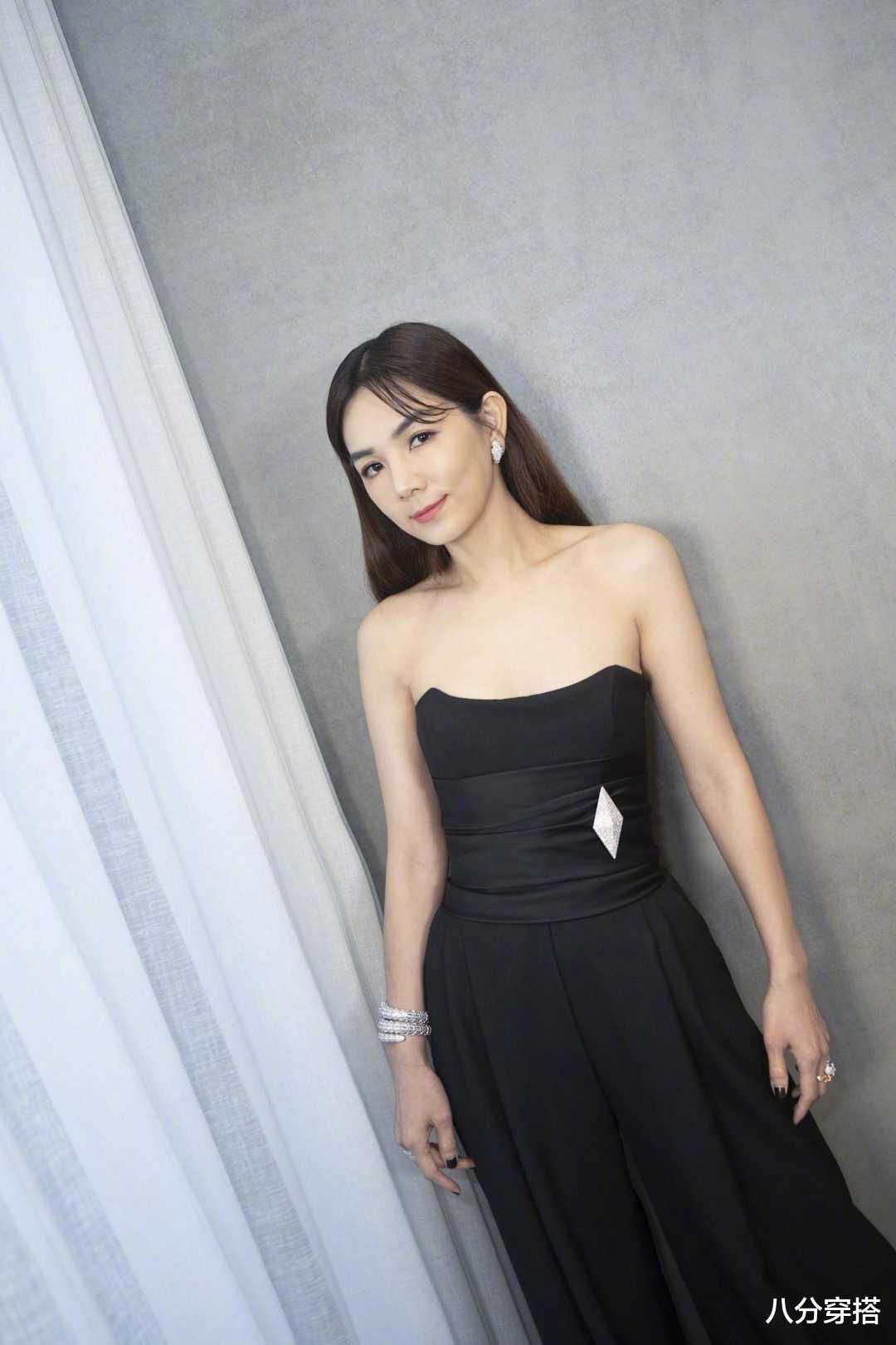 Ella陳嘉樺坐豪車亮相,一襲黑色抹胸連體褲,二八比例太驚艷-圖5