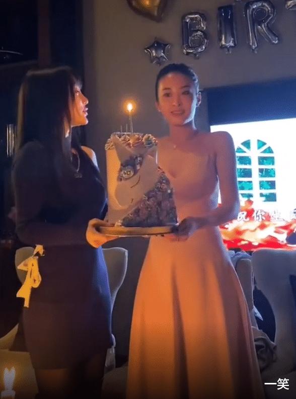 李小璐為好閨蜜慶生,暖心為閨蜜手捧蛋糕,閨蜜意外撞臉馬蘇-圖2