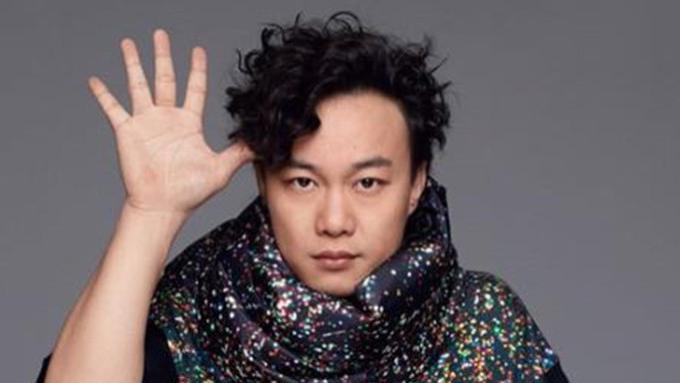 陈奕迅自曝很久没收入,所幸自己花钱不多,闲到给爱犬们调解纷争