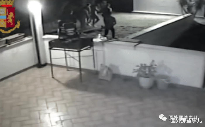 2名女學生去國外度假,在聚會上被下藥之後遭8名男子侵犯-圖2
