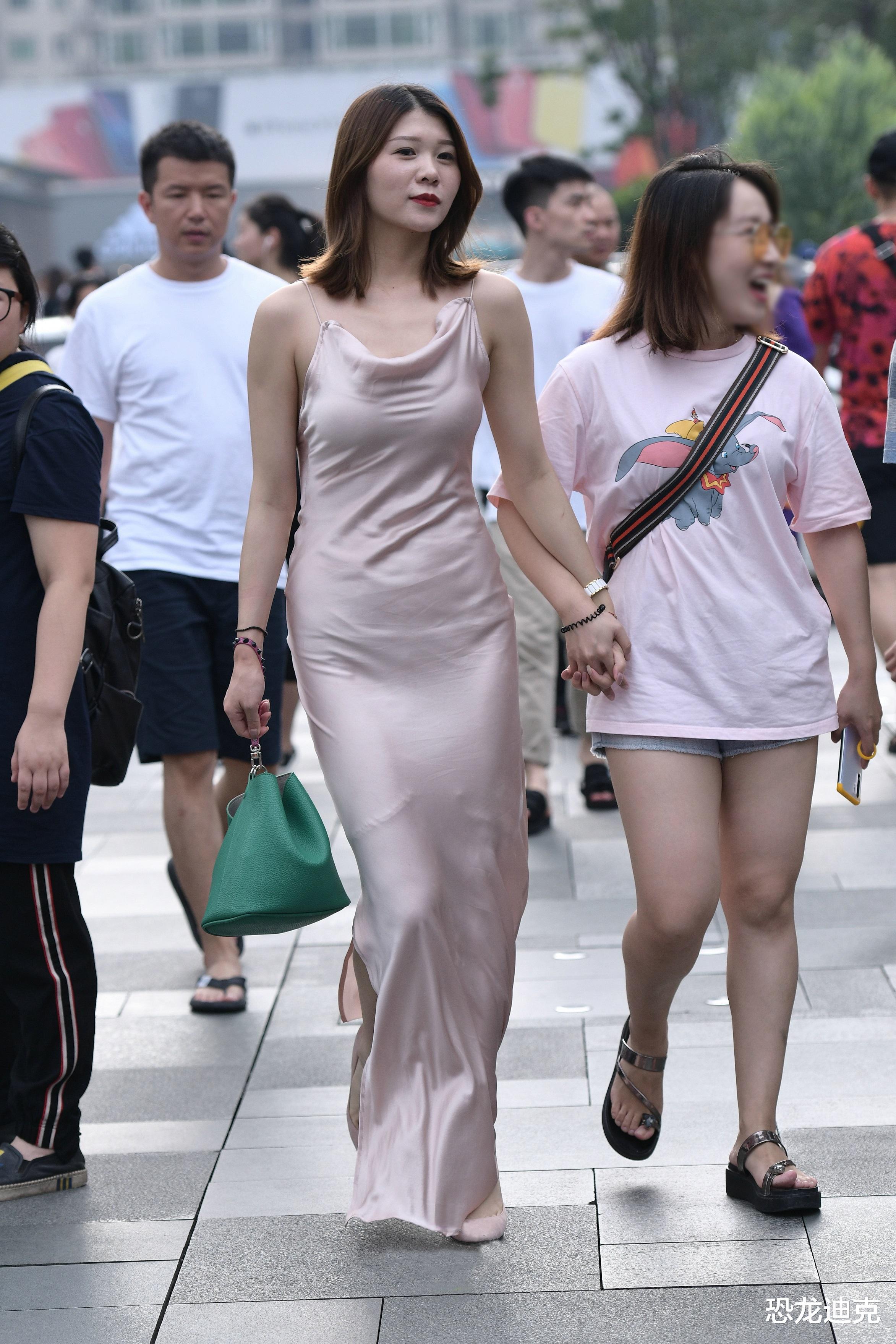 绸缎露背长裙,展示女人魅力的佳品