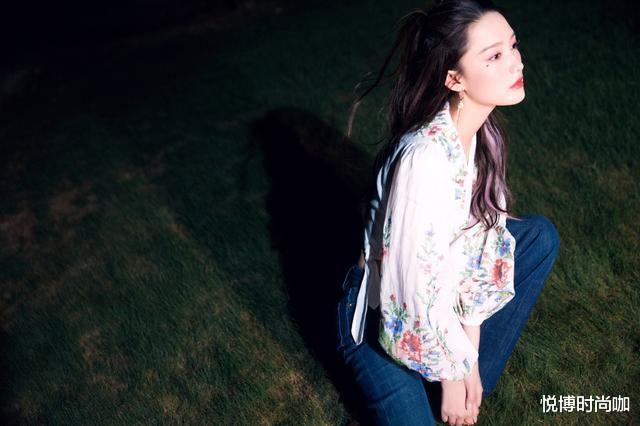李沁的少女感好強,穿白色連衣裙身材好有型,看起來更像十八-圖4