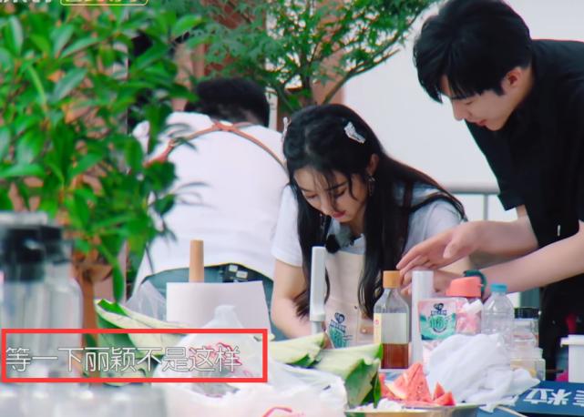 趙麗穎握刀手法錯誤,劉宇寧著急的忘喊姐,導演也不幫他改字幕-圖3