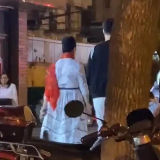 范冰冰爸媽現身街頭被偶遇,兩人氣質出眾,引超高回頭率-圖2