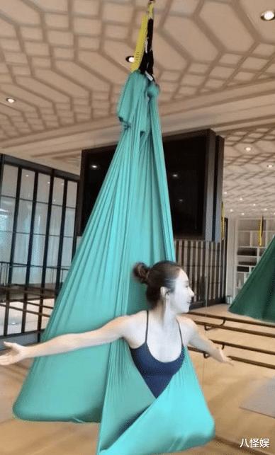 49歲黎姿練空中瑜伽,下腰一字馬超輕松,細腰馬甲線身材太優越-圖2