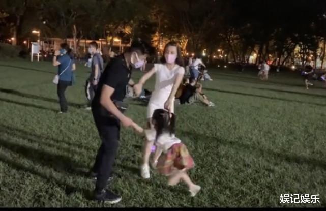 郭富城方媛草坪上撒糖,兩人拉著女兒轉圈圈,一傢人超幸福-圖4