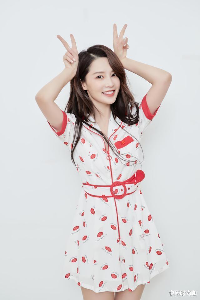 李沁的少女感好強,穿白色連衣裙身材好有型,看起來更像十八-圖2