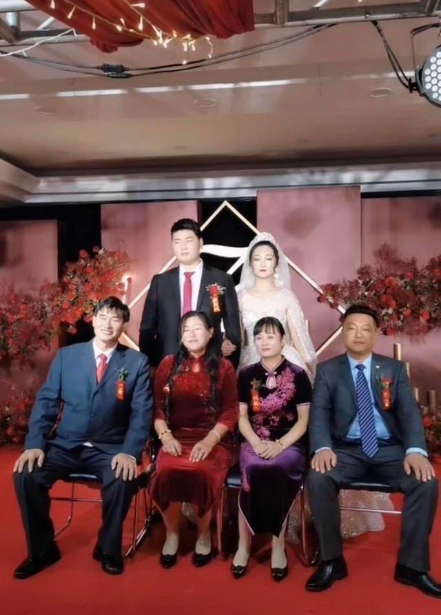 朱之文兒子結婚,婚禮現場滿滿的商業氣息,合影時嶽父一臉不滿意-圖9