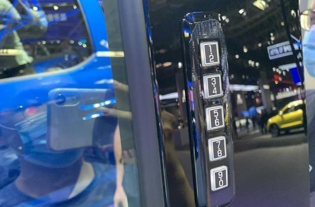 福特F-150同時具備商用、越野兩種能力,車內空間表現不錯-圖7
