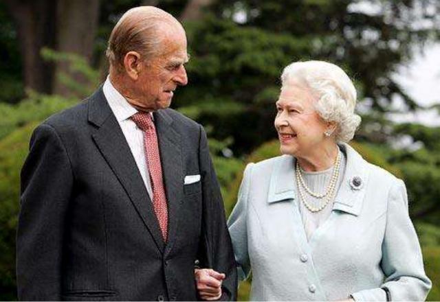 英國女王年輕時有多迷人?丈夫不準她獨自出門,放棄王位伴她左右-圖7