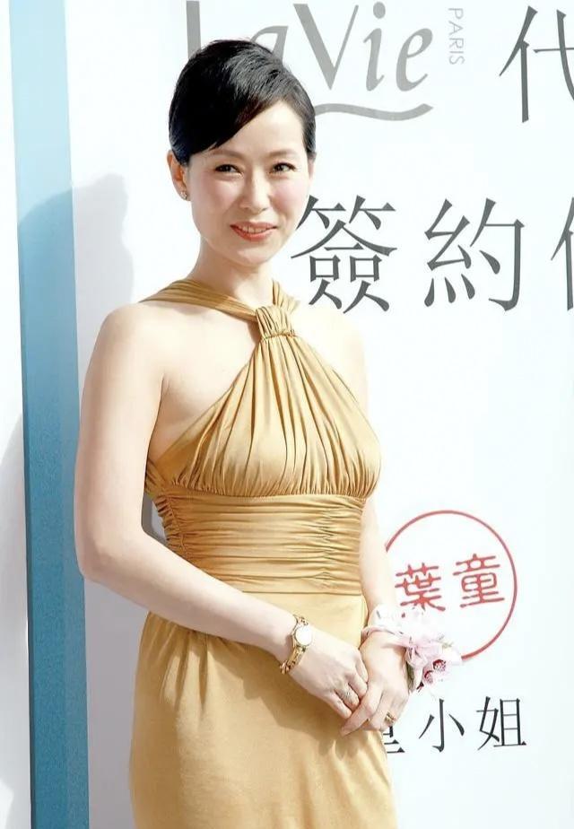 年近六旬的葉童狀態好,穿金色掛脖裙優雅迷人,