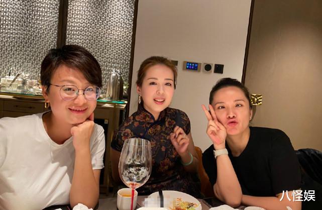 靳東老婆與妹妹合影,素顏笑出一臉褶,妹妹打扮貴氣美貌不輸姐姐-圖5