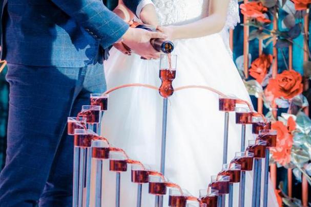 婆婆在婚禮上耍小聰明,新娘怒撕頭紗:不嫁瞭-圖3