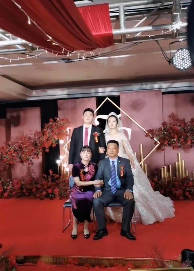 朱之文兒子結婚,婚禮現場滿滿的商業氣息,合影時嶽父一臉不滿意-圖7