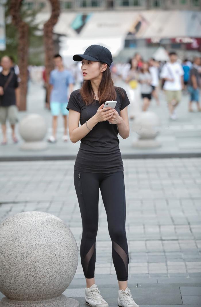 早秋時節,氣質女生選擇運動裝出行,簡單大方又顯身材