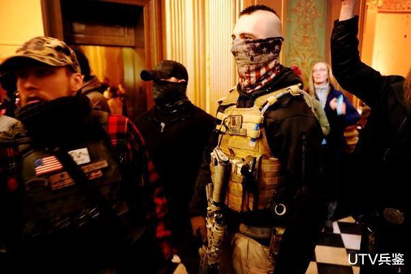 美國亂套瞭!黑人抗議者和特朗普支持者爆發交火,一人被當場打死-圖3