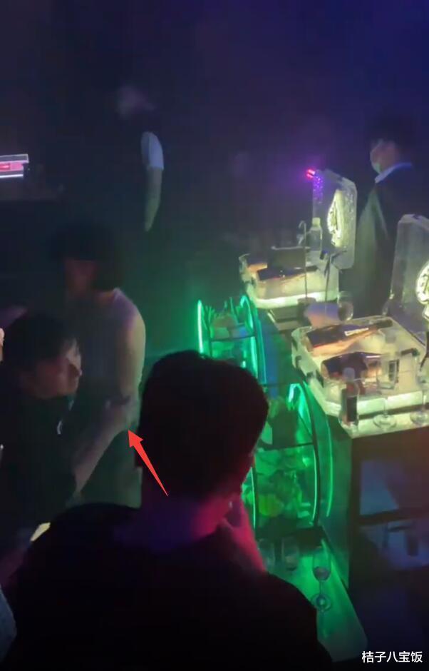 王思聰酒吧嗨玩 叫8位妹子輪流陪伴 貼耳和坐姿最豪放美女熱聊-圖2