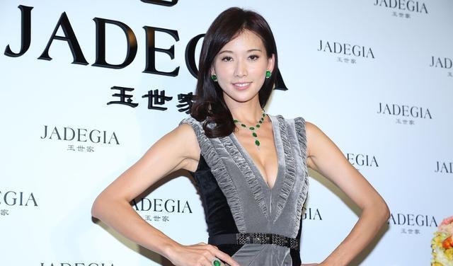 """林志玲才是""""尤物身材"""",穿紫色抹胸裙身段苗條,盤發造型更優雅-圖6"""