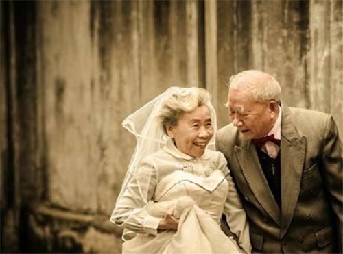 鄰居56歲想再婚,找瞭一個五十歲的女同事,要8萬彩禮,怎麼看?-圖3