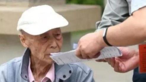 84岁大爷参加高考,给自己估分660分,分数出来后大爷梦想实现!
