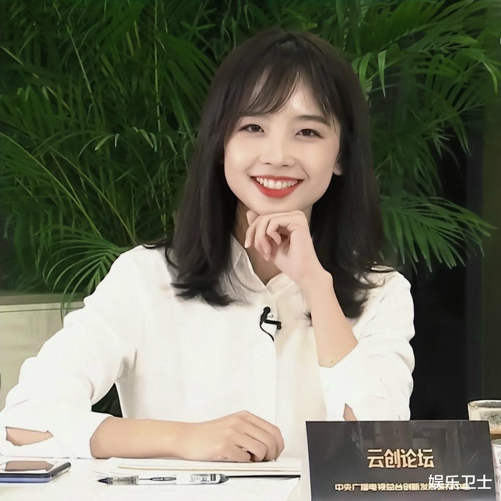 央視記者王冰冰直播造型甜爆,坐姿顯露超A身材,抽獎後網友網名令她大笑-圖2
