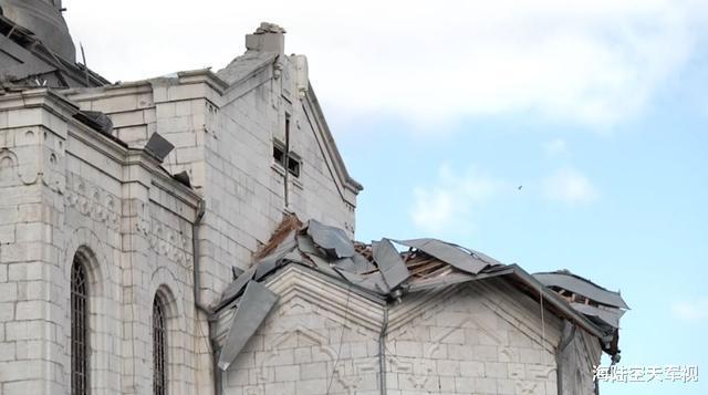 一百枚火箭炮洗地,亞美尼亞教堂被擊中開大孔,俄羅斯記者被擊中-圖2
