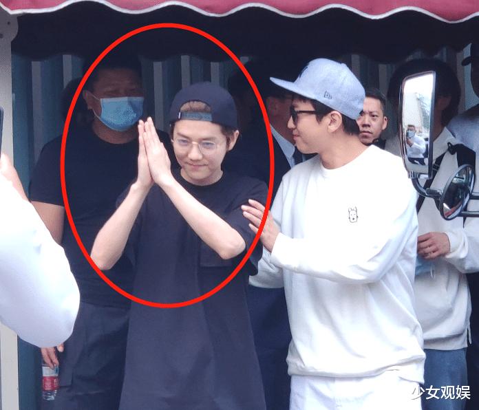 鹿晗線下錄制綜藝,站姐無特效拍攝,30歲真人模樣一目瞭然-圖4