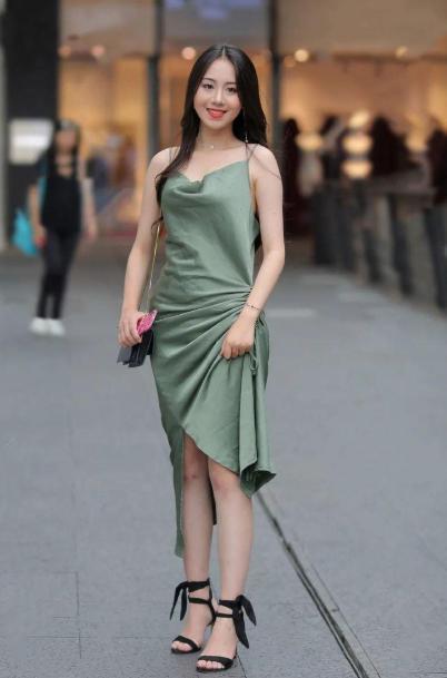 圣安地列斯 攻略_秋天来了如何穿裙子?藏青色连衣裙搭配高跟鞋,清新脱俗