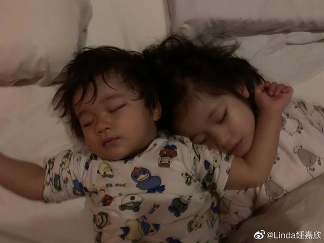 鐘嘉欣曬兒女照片訴相思,4歲女兒繼承媽媽美貌,弟弟超像姐姐-圖9