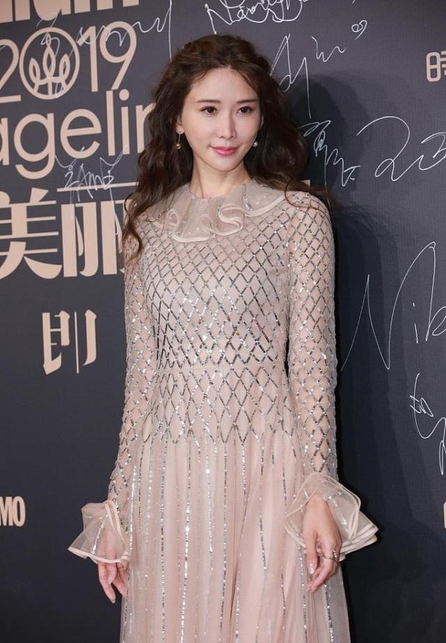 林志玲的裸色裙裝太吸睛,網狀印花很時尚,顯得身材更高級-圖4