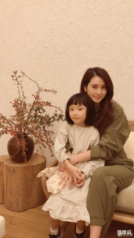 洪欣曬49歲慶生照,獨自懷抱6歲女兒顯孤寂,張丹峰連續兩年缺席-圖3